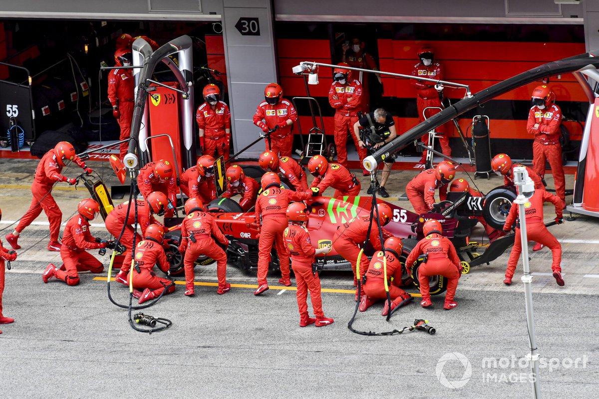 Carlos Sainz Jr., Ferrari SF21, en los boxes