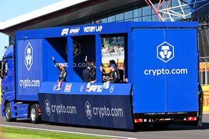 Lewis Hamilton, Mercedes, Max Verstappen, Red Bull Racing, en Valtteri Bottas, Mercedes, tijdens de ereronde na de sprintkwalificatie