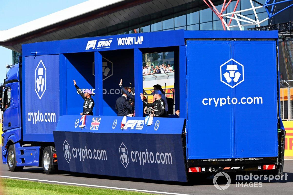Lewis Hamilton, Mercedes, secondo classificato, Max Verstappen, Red Bull Racing, primo classificato, e Valtteri Bottas, Mercedes, terzo classificato, vengono portati in giro per il circuito sul camion del giro di vittoria dopo la Sprint