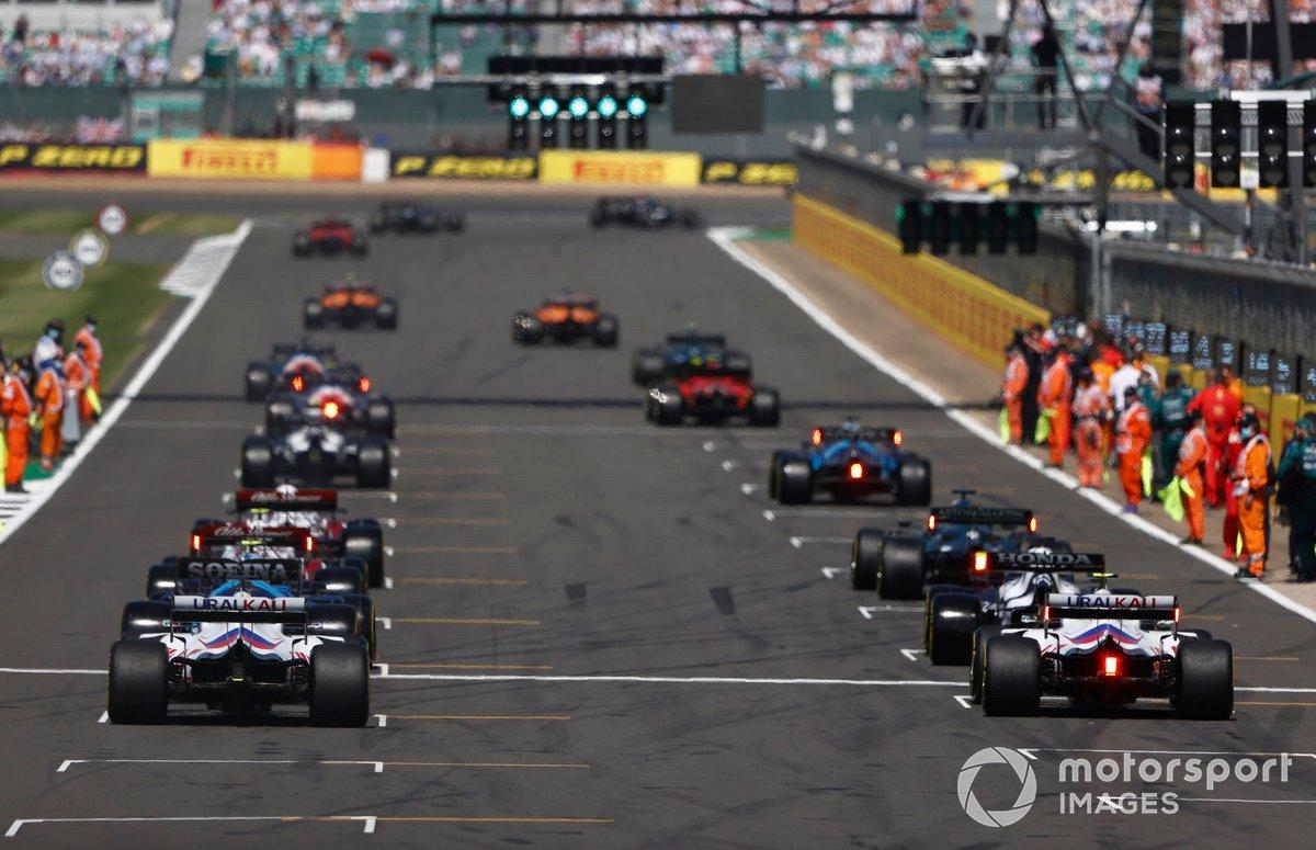 Max Verstappen, Red Bull Racing RB16B, Lewis Hamilton, Mercedes W12, lideran al pelotón mientras las luces se ponen en verde
