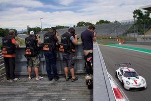 #92 Porsche GT Team Porsche 911 RSR - 19: Kevin Estre, Neel Jani, with photographers