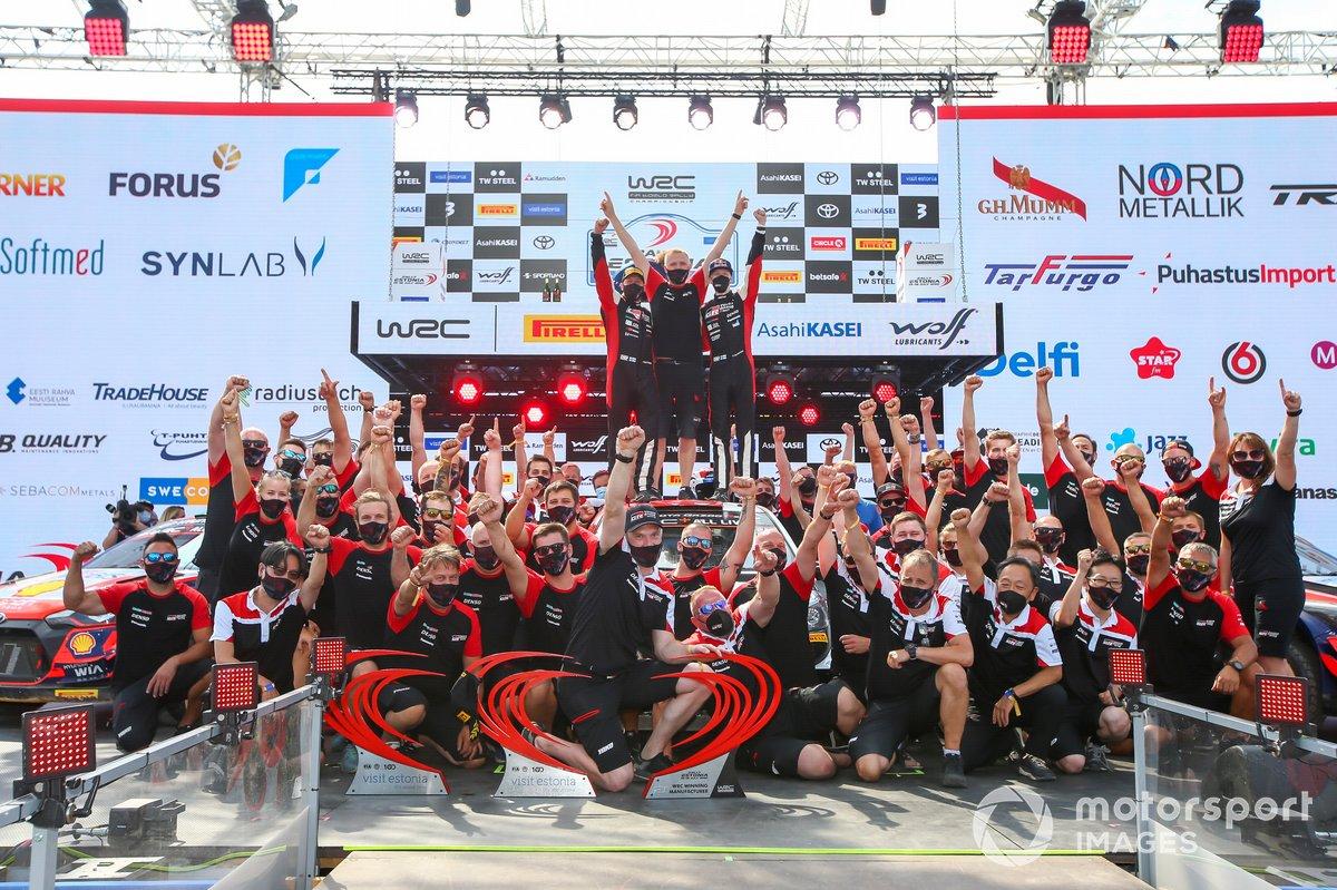Podio: ganadores Kalle Rovanperä, Jonne Halttunen, Toyota Gazoo Racing WRT Toyota Yaris WRC con el equipo