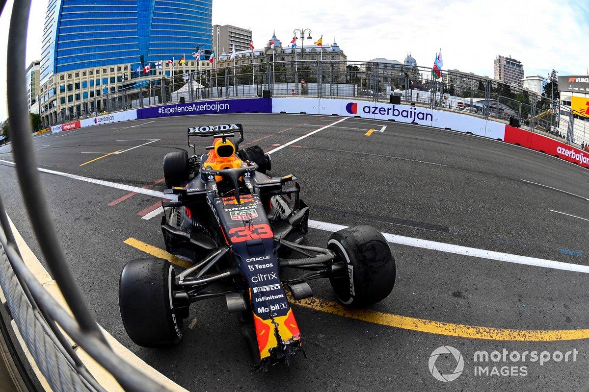 El coche dañado de Max Verstappen, Red Bull Racing RB16B