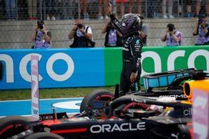 Lewis Hamilton, de Mercedes, saluda a los aficionados tras la clasificación