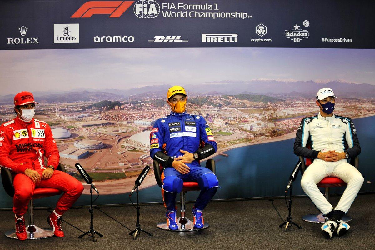Carlos Sainz Jr., Ferrari, el ganador de la pole Lando Norris, McLaren, y George Russell, Williams, en la rueda de prensa posterior a la clasificación