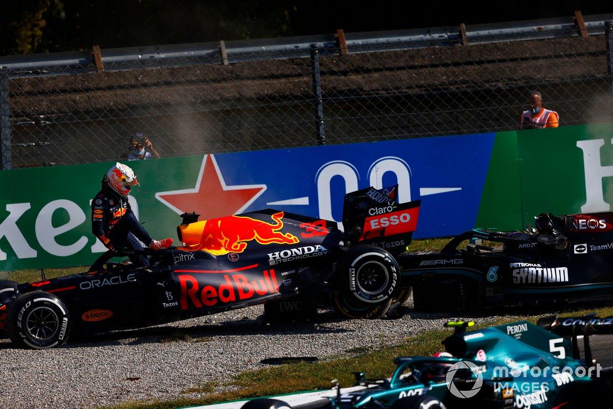 Max Verstappen, Red Bull Racing, se baja de su coche tras chocar con Lewis Hamilton, Mercedes W12