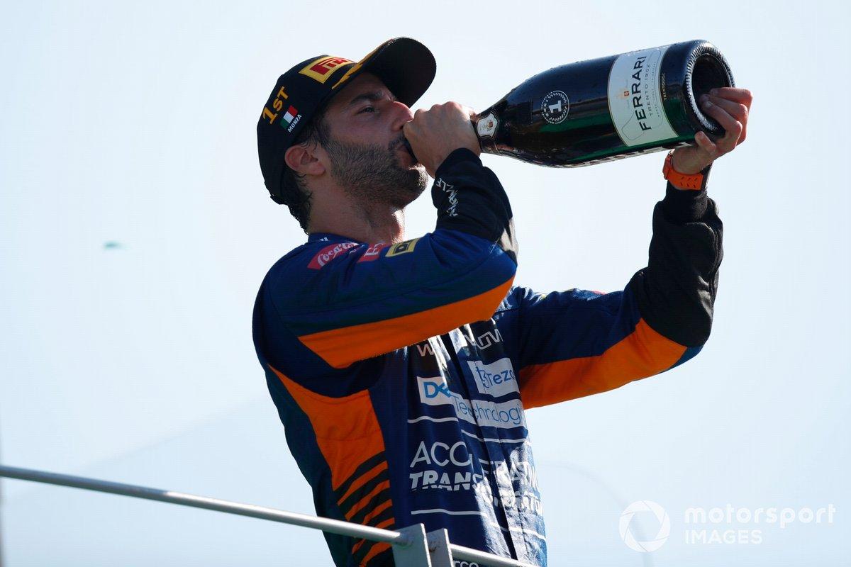 Daniel Ricciardo, McLaren, 1a posizione, beve Champagne sul podio