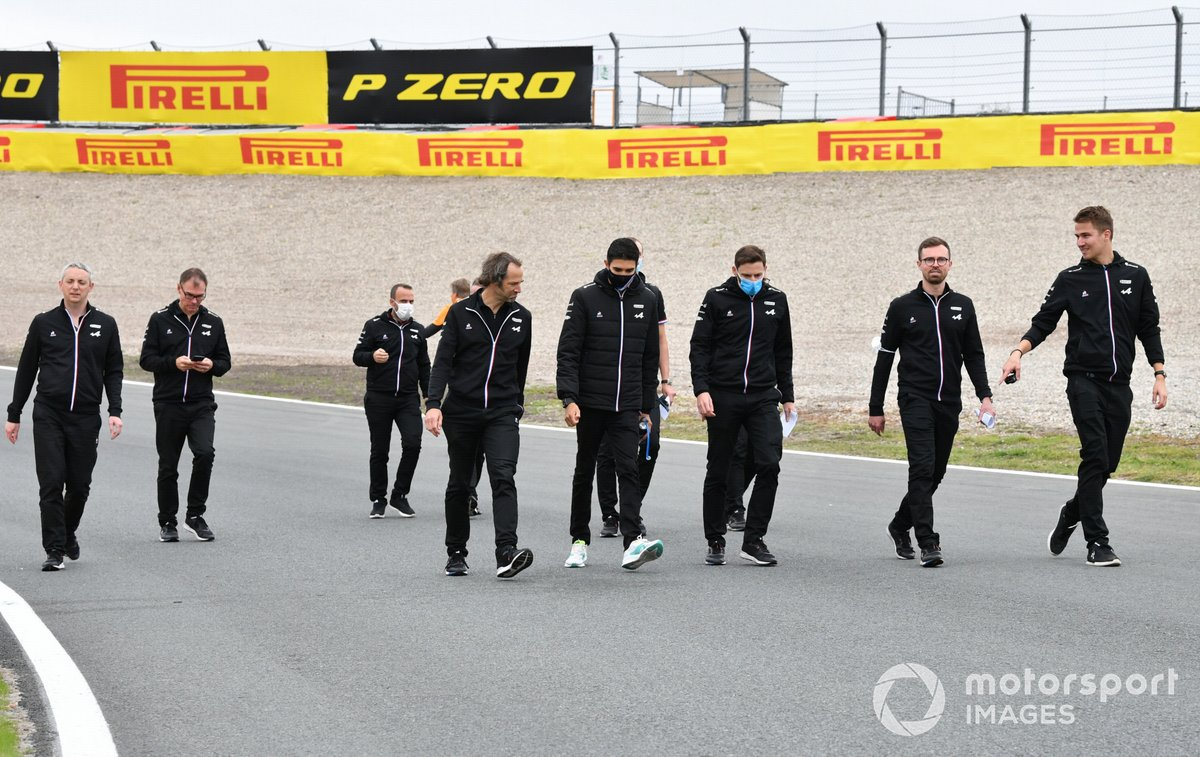 Esteban Ocon, Alpine A521 por la pista con los miembros del equipo