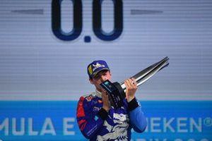 Podio: Alex Lynn, Mahindra Racing, 1ª posición, besa su trofeo