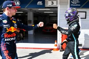 Pole man Lewis Hamilton, Mercedes, first bumbs Max Verstappen, Red Bull Racing, in Parc Ferme
