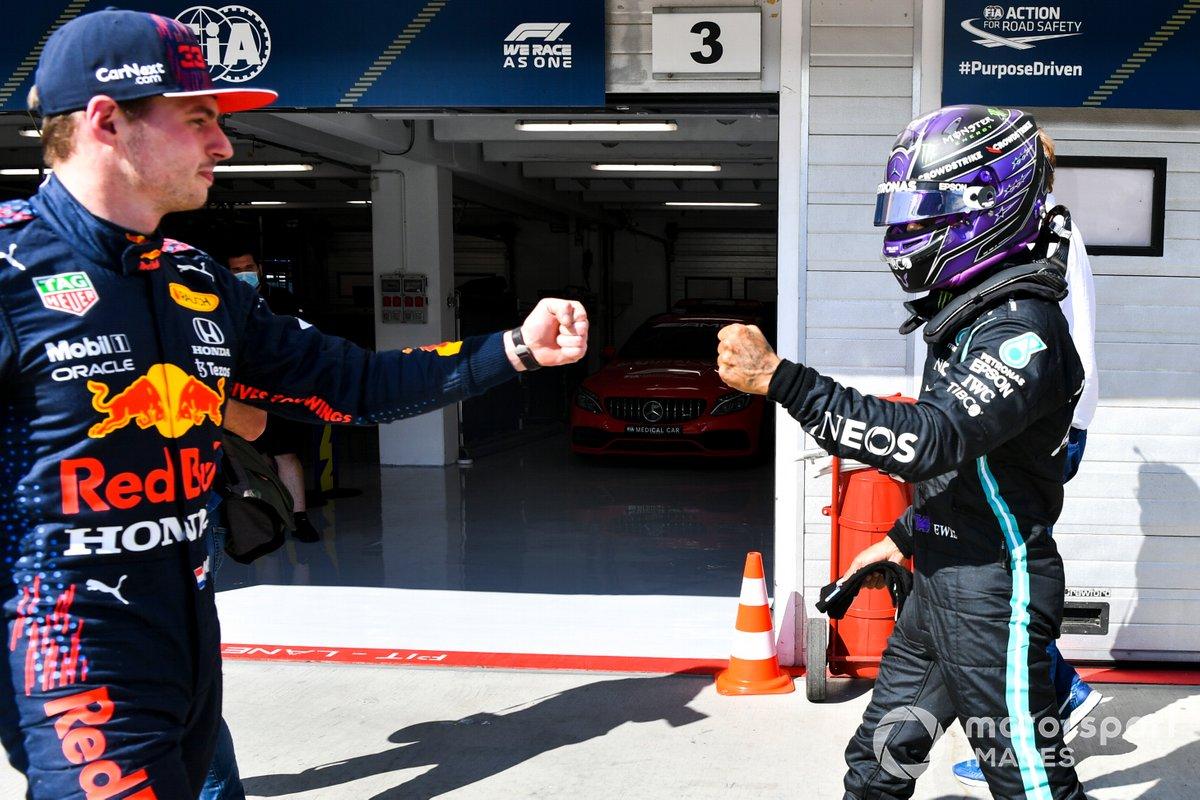 Ganador de la pole Lewis Hamilton, Mercedes, choca los puños con Max Verstappen, Red Bull Racing, tercer puesto en Parc Ferme