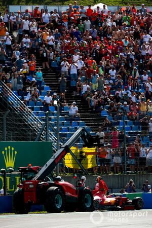 Carlos Sainz Jr., Ferrari SF21 crashes in qualifying