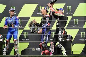 Racewinnaar Fabio Quartararo, Yamaha Factory Racing, tweede plaats Alex Rins, Team Suzuki MotoGP, derde plaats Aleix Espargaro, Aprilia Racing Team Gresini