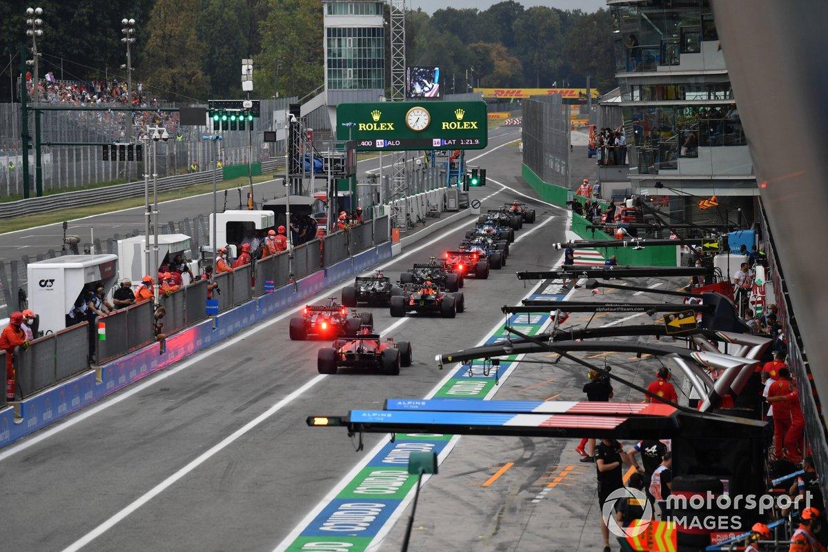 Los coches salen de boxes durante la clasificación