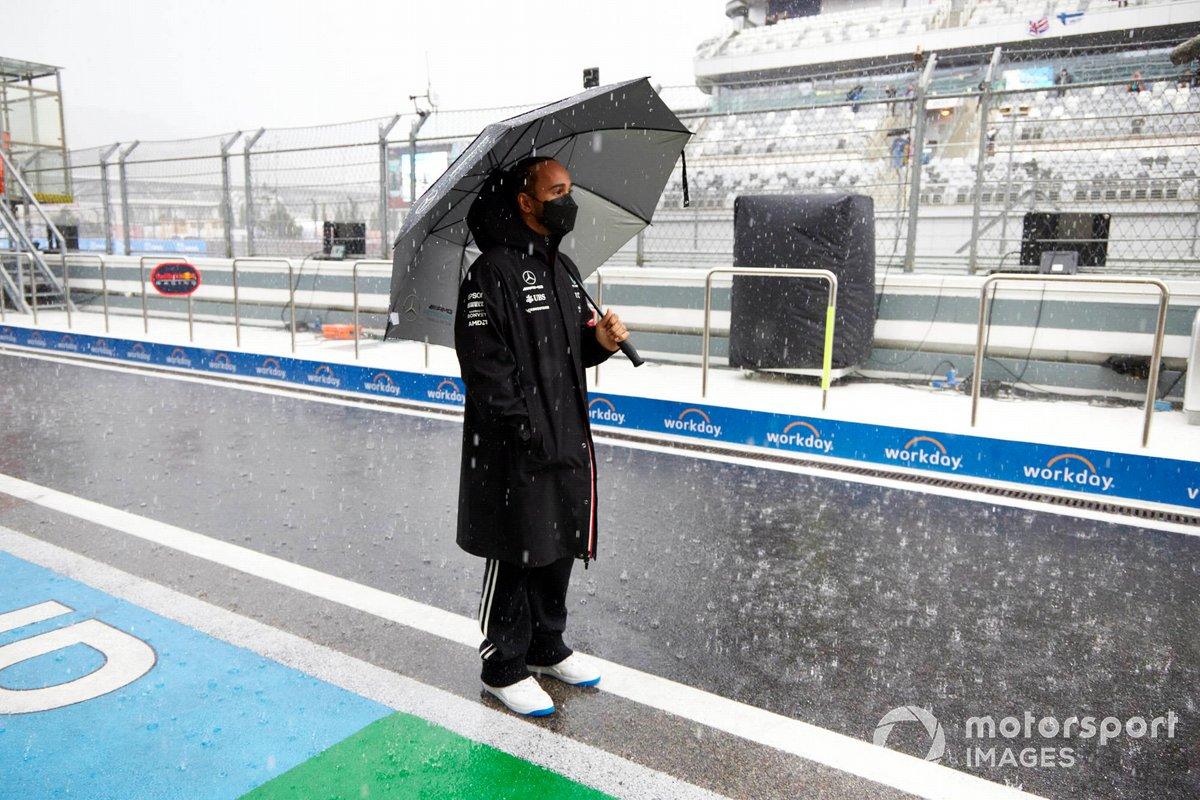 Lewis Hamilton, Mercedes, en el pit lane