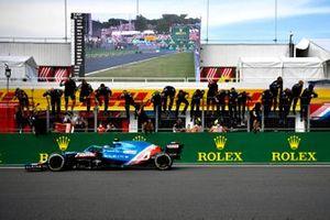 Esteban Ocon, Alpine A521, 1ª posición, se lleva la victoria para alegría de su equipo en el muro de boxes