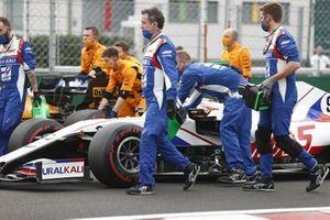 Nikita Mazepin, Haas VF-21, llega a la parrilla