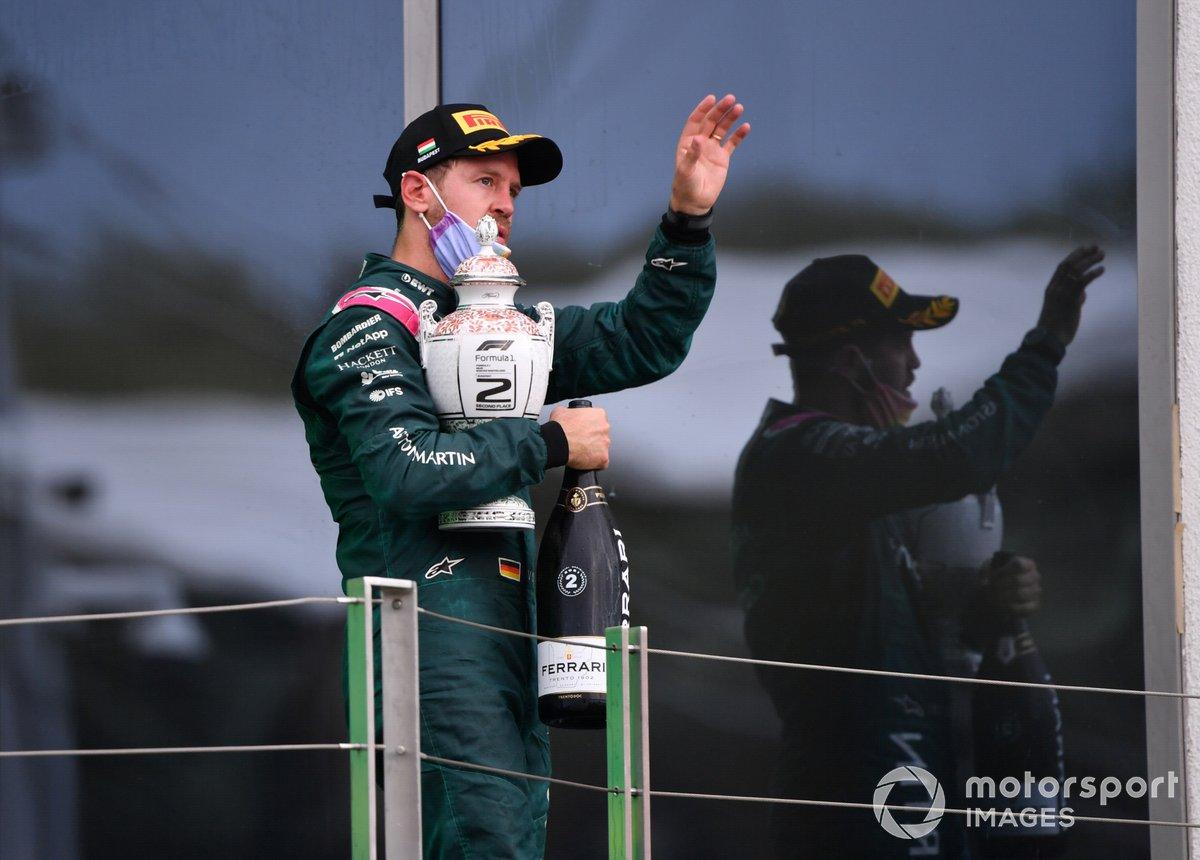 Sebastian Vettel, Aston Martin, secondo classificato, con il suo trofeo e lo Champagne