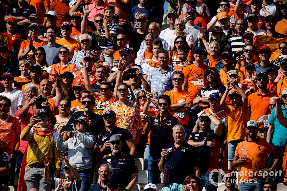 Fans vestidos de naranja en las gradas