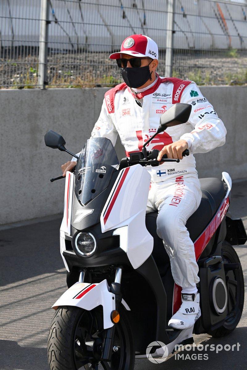 Kimi Raikkonen, Alfa Romeo Racing, en scooter