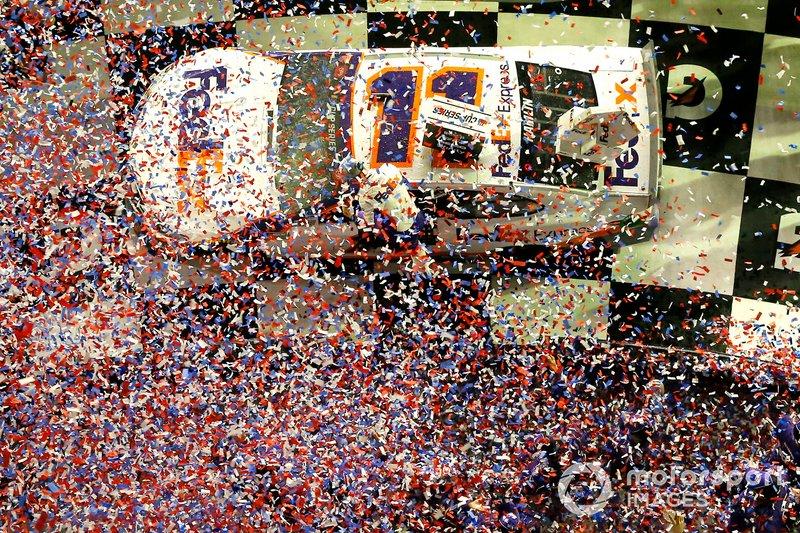 Denny Hamlin, Joe Gibbs Racing, Toyota Camry FedEx Express celebra en victory lane