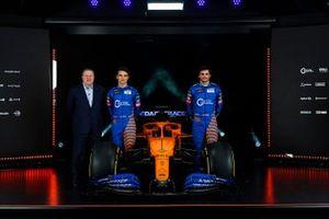 Carlos Sainz Jr., McLaren, Lando Norris, McLaren, y Zak Brown, CEO de McLaren