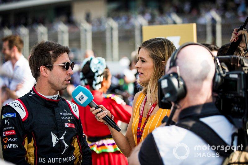 La presentadora de TV Nicki Shields habla con Antonio Félix da Costa, DS Techeetah