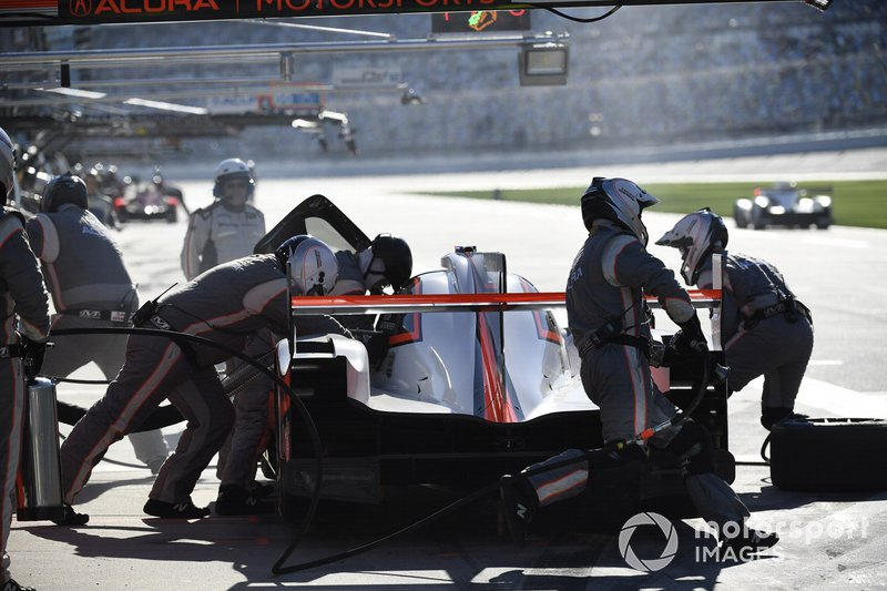 #7 Acura Team Penske Acura DPi, DPi: Helio Castroneves, Ricky Taylor, Alexander Rossi - pit stop