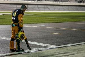 Martin Truex Jr., Joe Gibbs Racing, Toyota Camry Bass Pro Shops crewman tries to dry his pit box