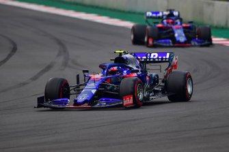 Pierre Gasly, Toro Rosso STR14, en Daniil Kvyat, Toro Rosso STR14