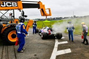Los comisarios retiran el coche de Daniil Kvyat, Toro Rosso STR14, del circuito con una grúa