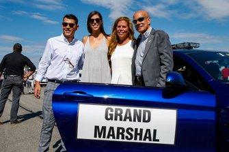 Grand Marshal Scott Atherton, con il figlio Reid, la figlia Paige, e la moglie Nancy