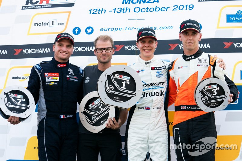 Podio: Il vincitore della gara Josh Files, Target Competition Hyundai i30 N TCR, secondo classificato Julien Briché, JSB Compétition Peugeot 308 TCR, terzo classificato Daniel Lloyd, Brutal Fish Racing Team Honda Civic Type R