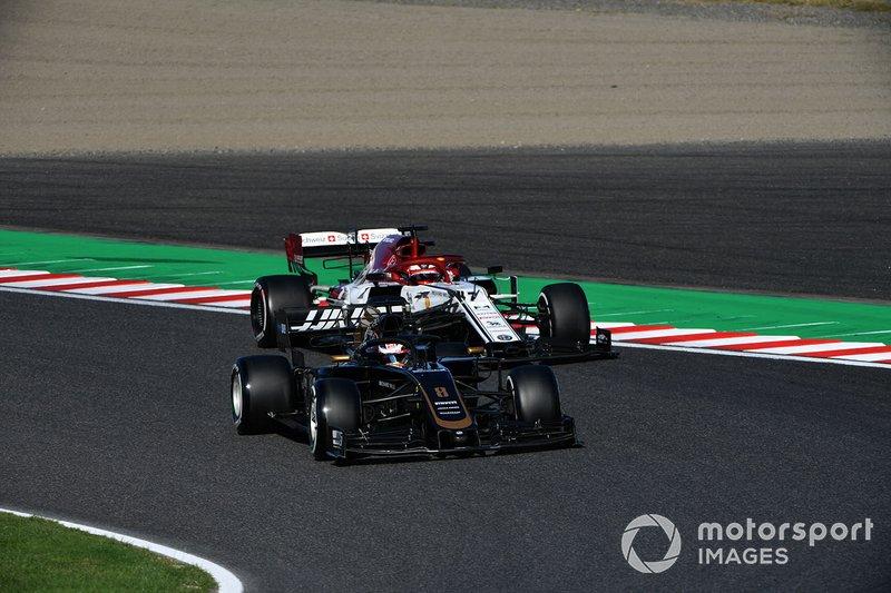 Romain Grosjean, Haas F1 Team VF-19, leads Kimi Raikkonen, Alfa Romeo Racing C38