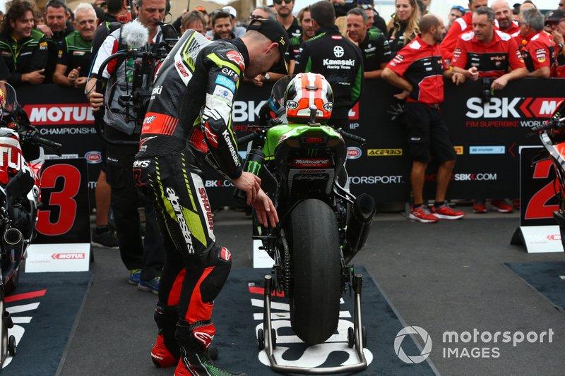 Jonathan Rea, Kawasaki Racing Team checks tyre