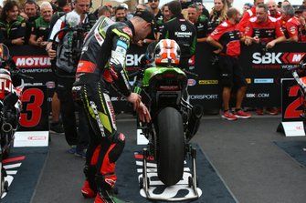 Jonathan Rea, Kawasaki Racing Team checks tyre