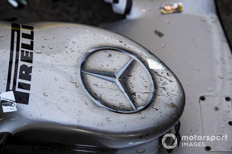 Du champagne et des confetti sur le nez de la Mercedes AMG F1 W10