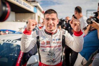 Yarış galibi Ayhancan Güven, Pierre Martinet by Almeras şampiyonluğu kutluyor