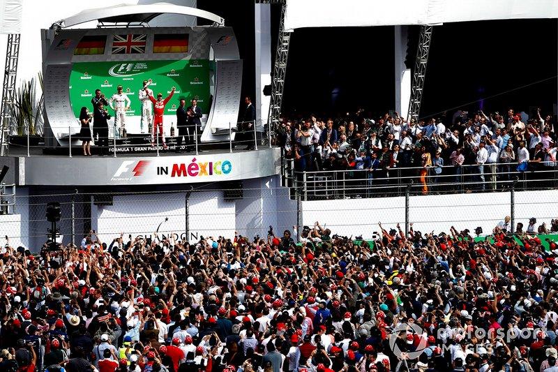 Lewis Hamilton, Mercedes AMG, primo classificato, Nico Rosberg, Mercedes AMG, secondo classificato, e Sebastian Vettel, Ferrari, terzo classificato, festeggiano sul podio, al GP del Messico del 2016