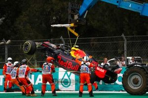 Эвакуация с трассы разбитого автомобиля Red Bull Racing RB15 Александра Элбона