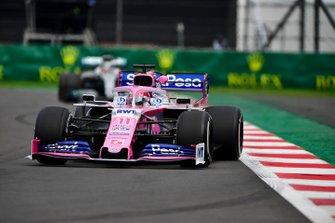 Sergio Perez, Racing Point RP19, devant Lewis Hamilton, Mercedes AMG F1 W10