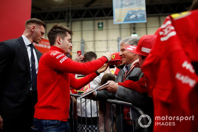 Charles Leclerc, Ferrari, firma autografi per i tifosi davanti al palco dell'Autosport