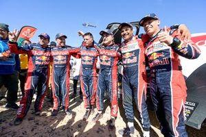 Les vainqueurs #305 JCW X-Raid Team: Carlos Sainz, Lucas Cruz, #302 JCW X-Raid Team: Stephane Peterhansel, Paulo Fiuza, #300 Toyota Gazoo Racing: Nasser Al-Attiyah, Matthieu Baumel
