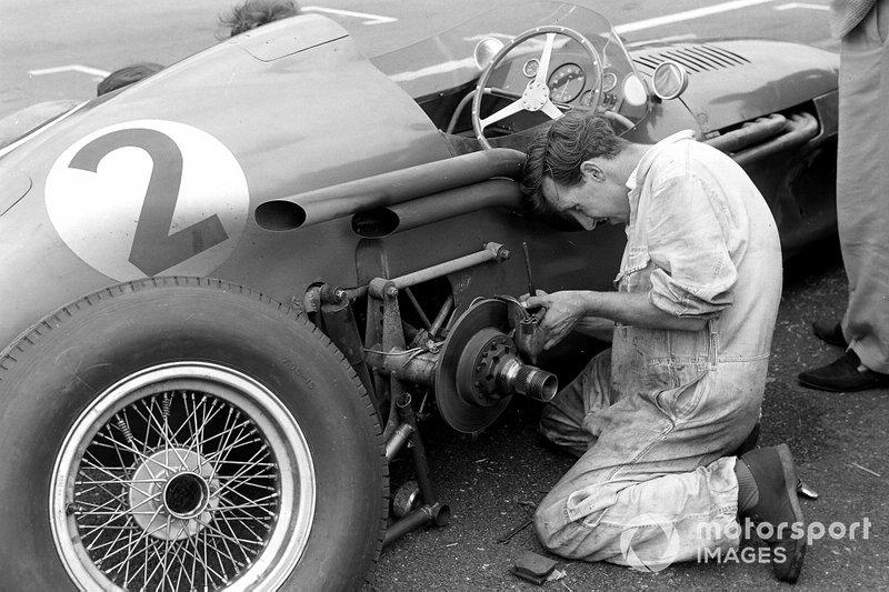 Un mecánico trabaja en el Aston Martin DBR4/250 de Roy Salvadori