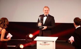 Jonathan Palmer overhandigt de Gregor Grant Award