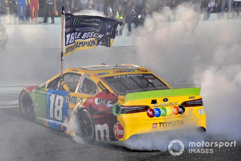 Кайл Буш празднует чемпионский титул в Monster Cup (высшая лига NASCAR) после финиша гонки в Хоумстеде