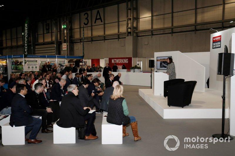 La folla ascolta una conferenza al Business Forum