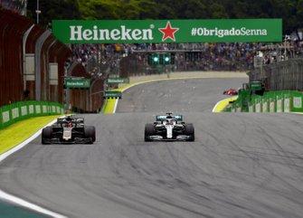 Lewis Hamilton, Mercedes AMG F1 W10, supera Kevin Magnussen, Haas F1 Team VF-19