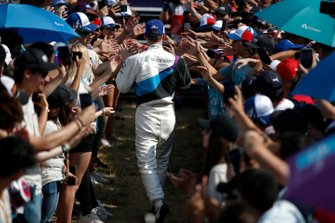 Race winner Maximilian Günther, BMW I Andretti Motorsports celebrates with fans on his way to the podium