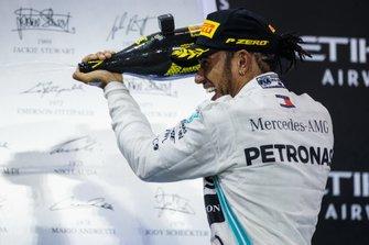 Lewis Hamilton, Mercedes AMG F1, primo classificato, festeggia con lo Champagne